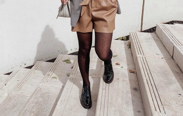 derbies Rieker avec collants plumetis et short similicuir et blazer